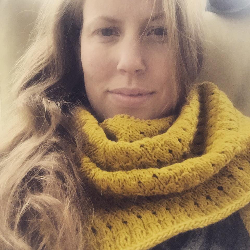 Das sommerlich gelbe Skyggen Tuch in Rowan Creative Linen