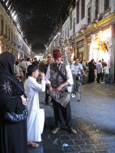 Im historischen Suq von Damaskus schenkt ein traditioneller Teemann aus.