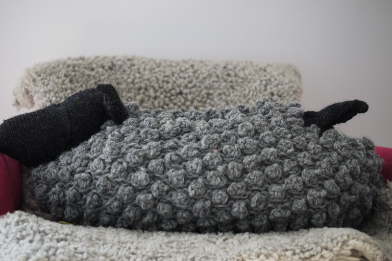 Bobble Sheep Purl Soho Stichfest Troll stricken Gratis Anleitung Kissen Kuscheltier Wärmflasche